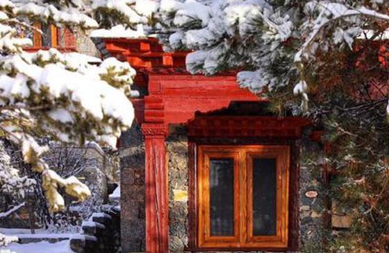 """高清图丨雪后的香格里拉 看见松赞的""""林卡红"""""""