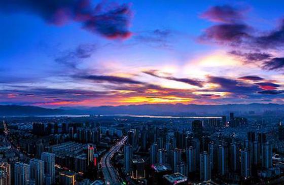 高清图丨航拍昆明夜景:华灯闪烁,流光溢彩