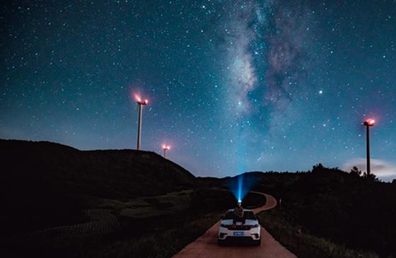 高清图丨航拍云南抚仙湖畔 璀璨星空照亮万顷碧波