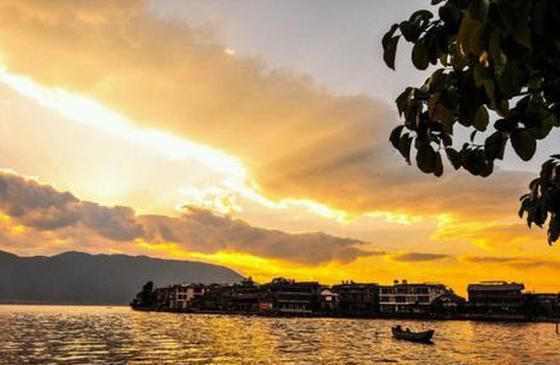 高清图丨黄昏下的苍山洱海:落日熔金,暮云合璧