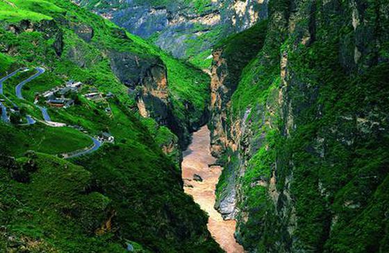 香格里拉虎跳峡:壮美险奇 令人震撼