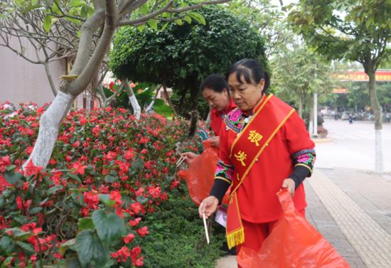 发挥余热 助力美丽县城创建 镇沅有支银发志愿者服