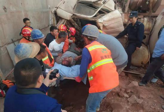 警民携手救助被困受伤司机
