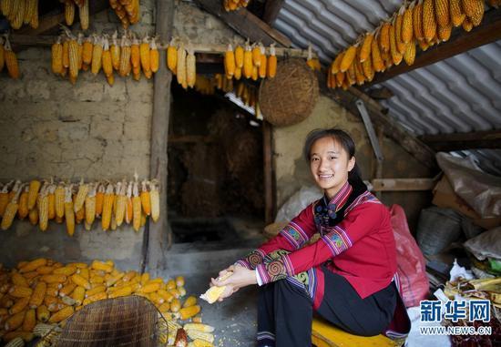 8月30日,普梦黎在自己家的楼顶剥玉米粒。暑假期间,她除了在家学习之外,还要做各种家务。