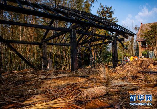 在此次火灾中受损的翁丁村老寨部分建筑(2月15日摄)。新华社记者 江文耀 摄