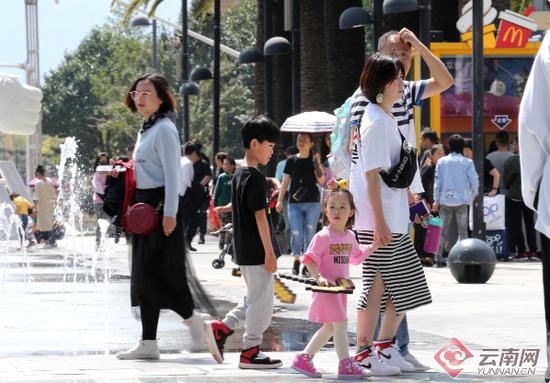 国庆期间,云南各大商场、购物中心前来购物、娱乐的市民络绎不绝。