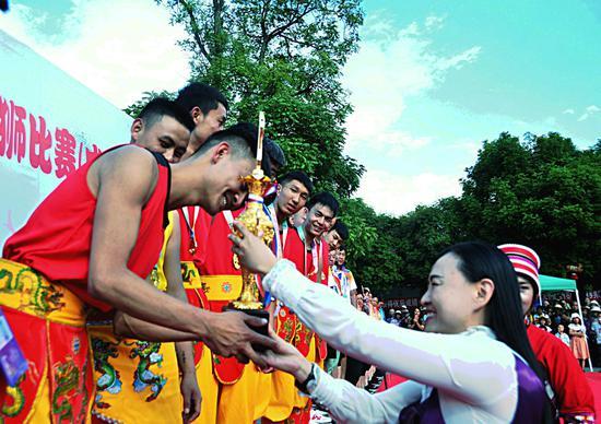 石林县委常委、县委宣传部长单红霞为获奖代表队队颁奖
