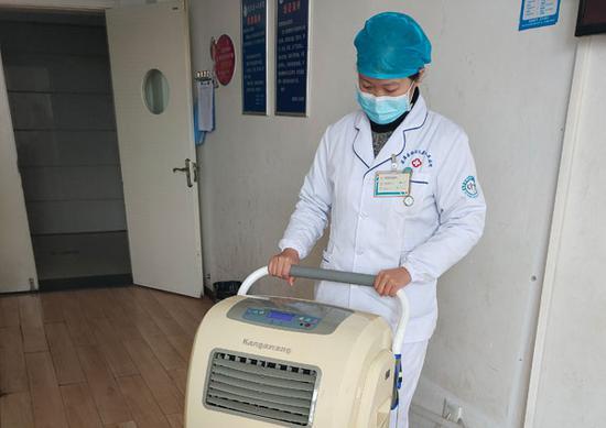 姚孟含正在给病房消毒。(供图)