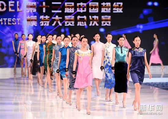 8月26日,选手在晚礼服展示环节绕场。新华社记者 李紫恒 摄