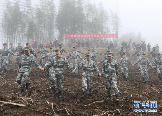 杜富国受伤后的第36天,云南扫雷大队官兵将他曾经作业过的雷场移交当地政府(11月16日摄)。
