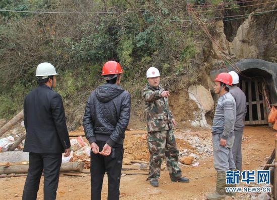 王涛带领安监站工作人员到矿山检查