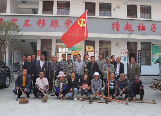 云南龙陵:春风和煦党旗飘