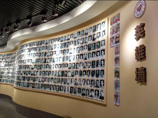 (南洋华侨机工回国抗日纪念馆的英雄墙上绝大部分都是年轻的脸庞)