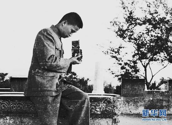 1949年,年轻的杨长福在昆明圆通山拍照。受访者供图