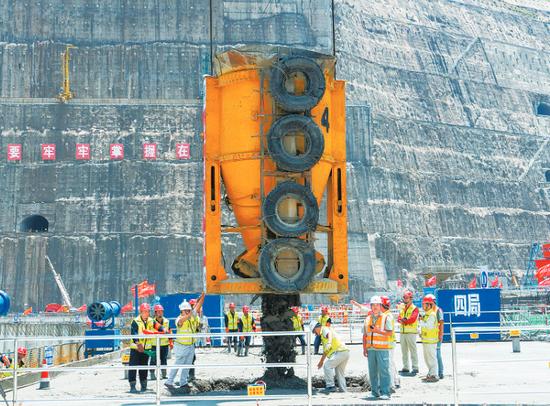 白鹤滩水电站大坝全线浇筑到顶