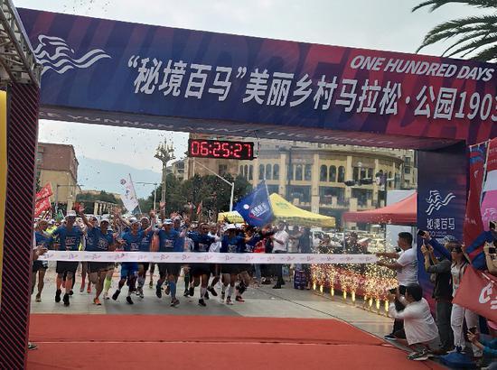 金飞豹在第100场马拉松终点线冲刺