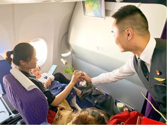 昆明航空三八妇女节特色航班主题机上活动。