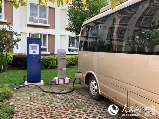 一辆电动汽车正在充电桩上充电。人民网 朱红霞