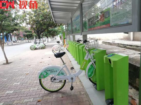 玉溪市紫艺路上的公共自行车点,不少车已经借出。