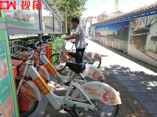 聂耳路上的公共自行车点,一位市民正在借车。