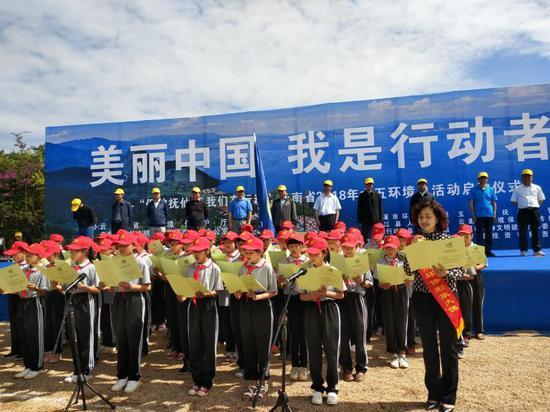 云南六五环境日300人抚仙湖边植树倡议保护生态