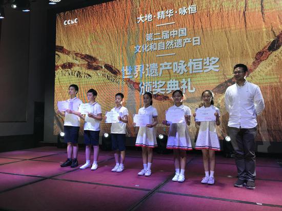 """""""梅里咏恒""""童声合唱团的小团员领奖"""