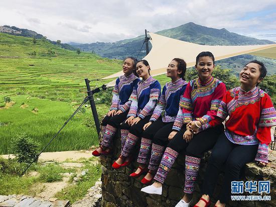 少数民族少女在梯田边歌唱 刘娜 摄