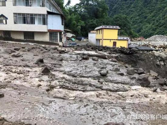 丙瑞线K74+500M(贡山县普拉底乡腊早村委会腊早桥)发生泥石流