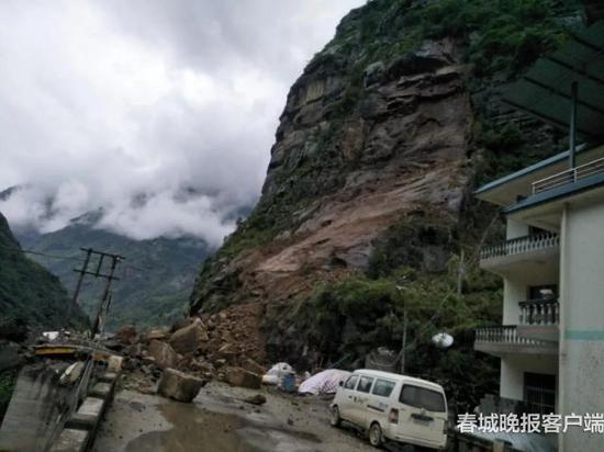 原瓦贡线K153+500处(隔界河桥头往六库方向)发生大面积塌方