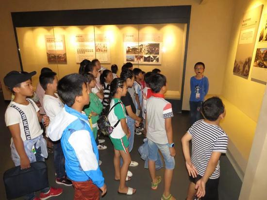 ▲讲解员在为同学们讲解明末著名的地理学家徐霞客的《游颜洞记》