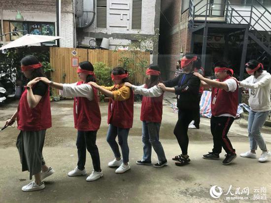 志愿者蒙着眼睛感受盲人的世界。摄影 周权