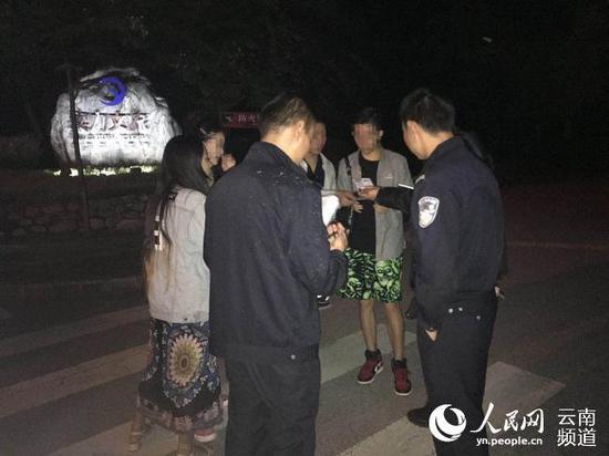 游客被营救下山 供图