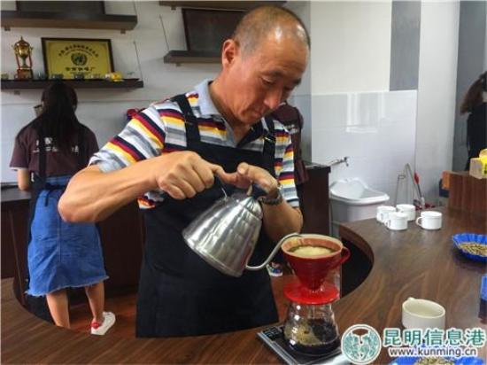 祖智德为来访记者冲泡咖啡