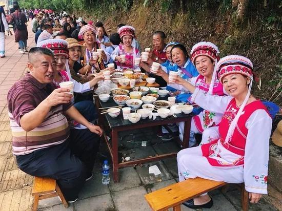 ▲游客在因远镇品尝白族特色美食(via:热情元江)