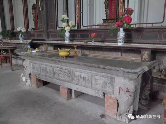 极为罕见的、全长3.6米的青石供桌