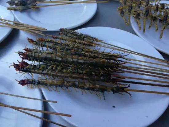 建水特色烧烤——烤各种昆虫 拍摄:冰欲牛仔