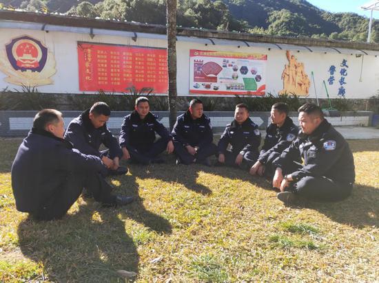 滇滩边境派出所组织民警专题讨论