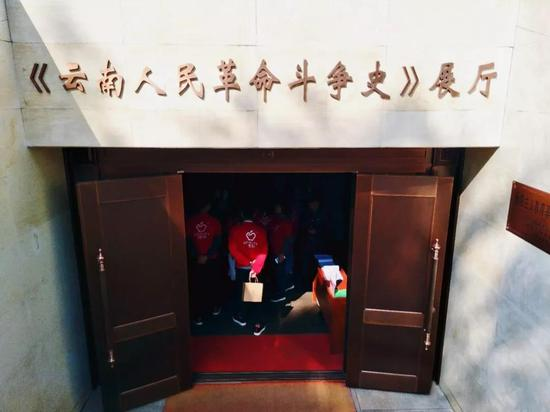 参观《云南人民革命斗争史》展厅