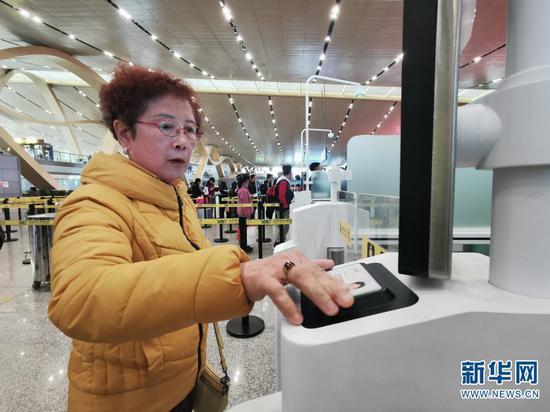 旅客刷身份证自助验证。(新华网 赵普凡 摄)
