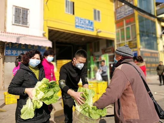 黑土凹社区川云米厂慷慨解囊为附近居民捐赠蔬菜