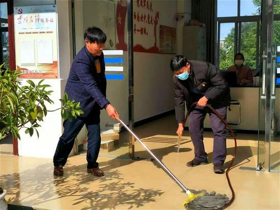 党员带头参与村社卫生扫除