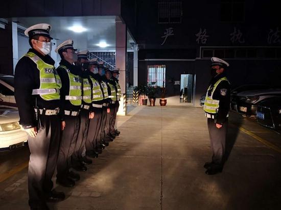 2月14日,入夜,昆明市交警支队明通路营区内,肖宏林和同事整装待发