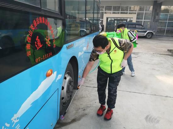 """腾冲市""""90后、00后""""志愿服务者到公共区域喷洒消毒液"""