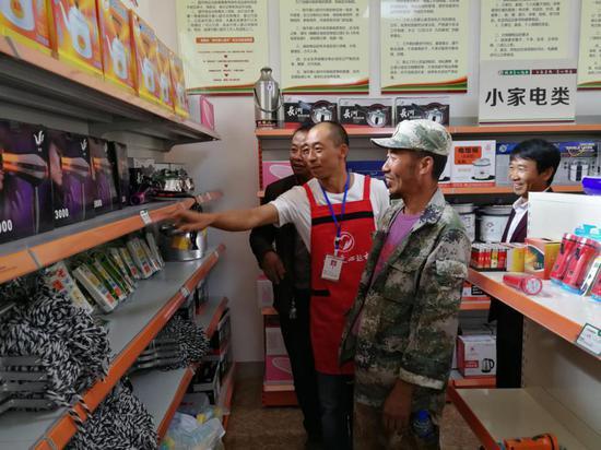 群众积极到绿币爱心超市兑换物品