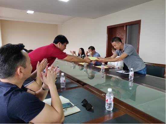 """向富宁县研究历史、文化、民俗等领域的7位专家颁发了""""研学旅行专家库成员""""的聘书及""""研学旅行导师证"""""""