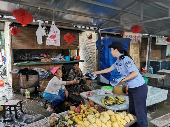 云南龙陵傣族女警双语宣讲走遍傣乡村寨