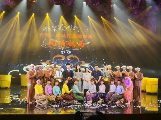 云南耿马民族歌舞表演在上海崇明首次开演