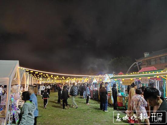 来丽江的游客注意啦!这里有个雪山夜市推荐给你
