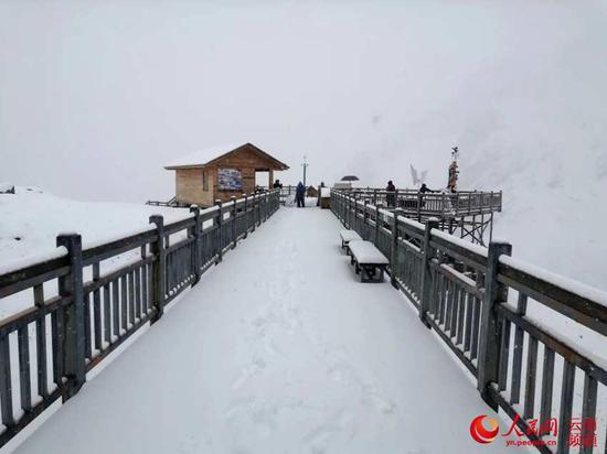 10月21日,玉龙雪山迎来降雪,积雪厚度达6厘米,雪景绝美,游人尽情畅游。摄影:和贵昌