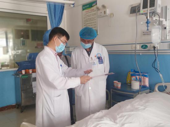 上海瑞金医院神经外科主任医师王宝峰正在剑川县人民医院查房(高志成 摄)